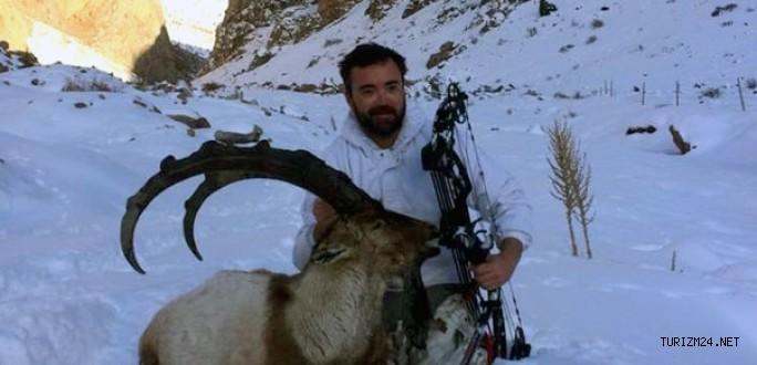 Av turizmi sayesinde yay ve okla dağ keçisi avladı